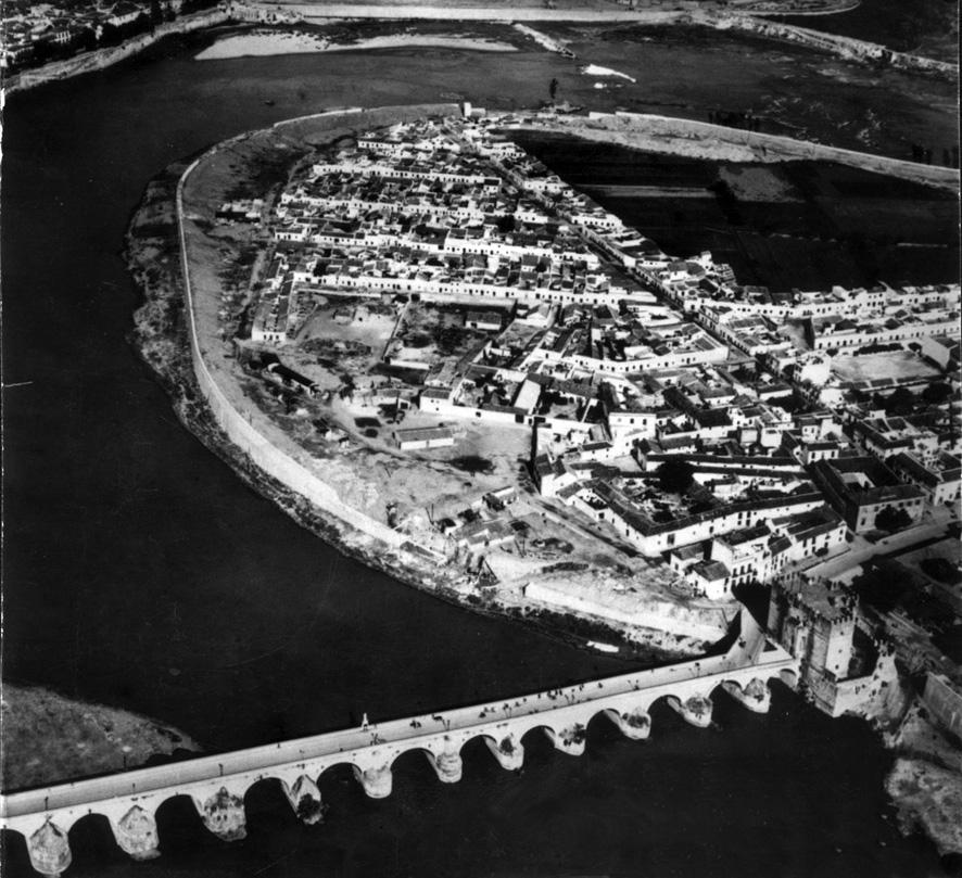 Vista aérea de Córdoba. Río Guadalquivir y puente romano.