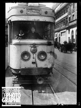 """Guerre 1914-1918. """"Les nouveaux métiers des femmes depuis la guerre"""": wattwoman des Tramways parisiens. Paris, juin 1917. © Excelsior – L'Equipe / Roger-Viollet"""