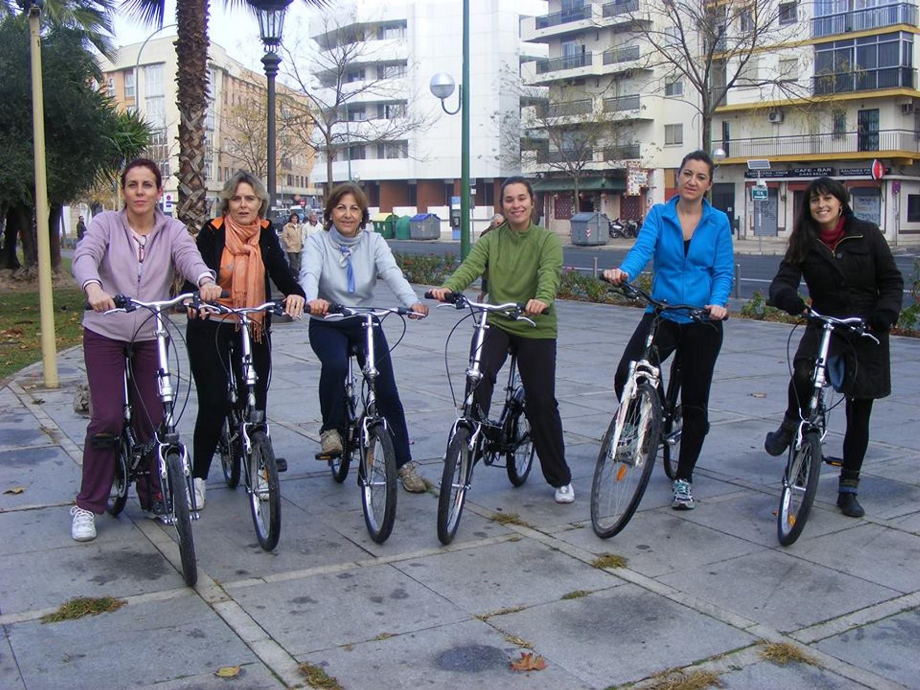 Clases para mujeres para aprender a montar en bicicleta.