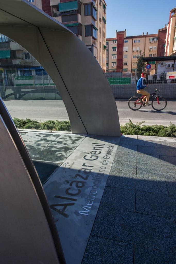 Además de en la parte superior del edículo, en el suelo de la entrada al mismo se encuentra el nombre de la Estación.