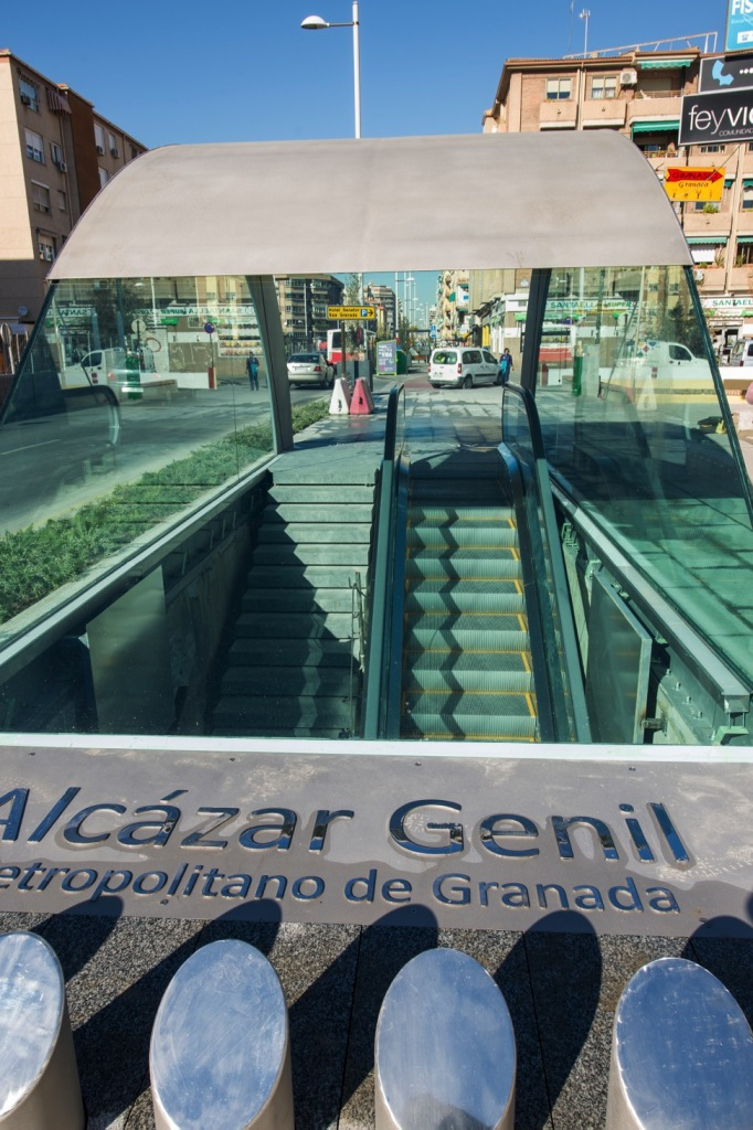 Además de escaleras pedestres siempre se acompaña de escaleras mecánicas para facilitar la accesibilidad.