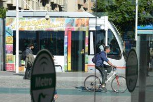 Bicicleta y metrocentro en Sevilla.